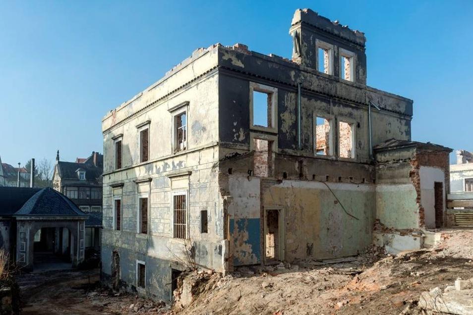 Die Kehrseite: Weil die Schäden durch jahrzehntelange Vernachlässigung größer als erwartet sind, muss von der historischen Bausubstanz, wie hier am Hirschhaus, mehr abgerissen werden als geplant.
