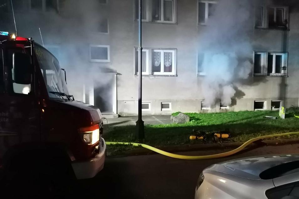 Der Rauch quillt aus den Kellerfenstern und aus der Eingangstür.