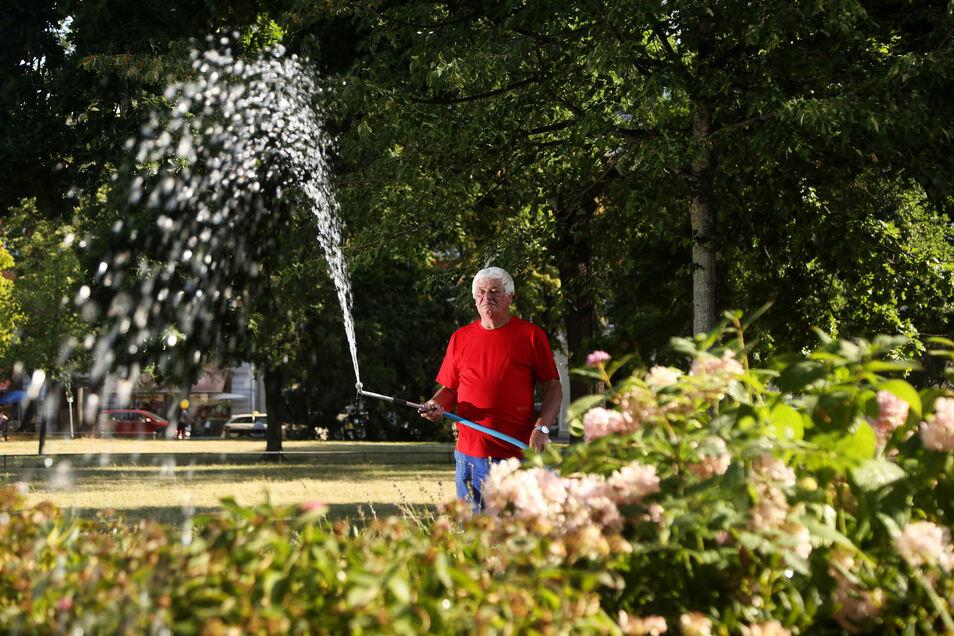 Wenn der Sommer immer heißer wird, ist besonderer Einsatz gefragt: In Riesa waren vergangenes Jahr regelmäßig Mitarbeiter der Allgemeinen Grundstücksverwaltung unterwegs, um am Puschkinplatz zu wässern.