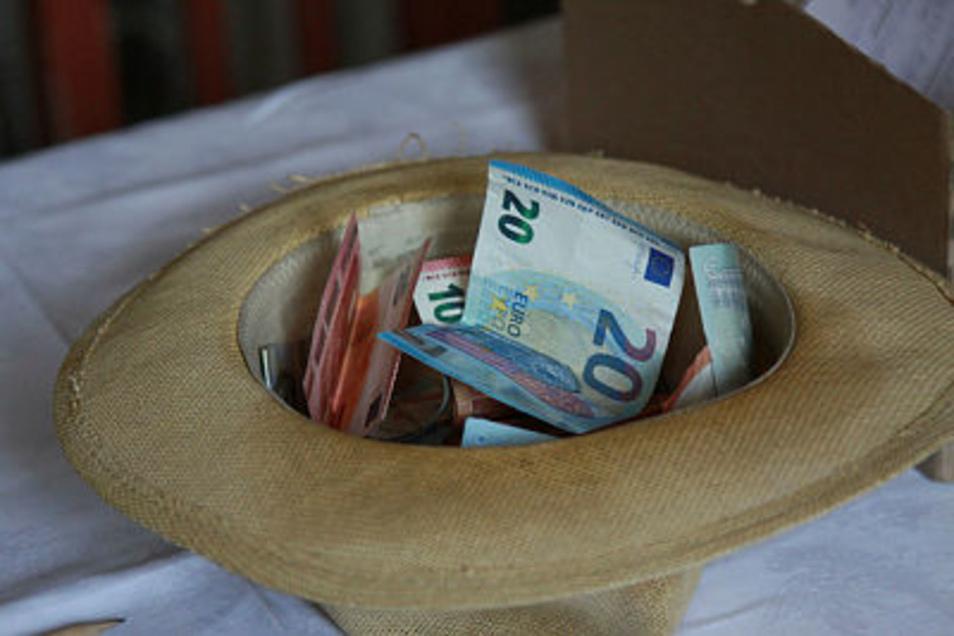 Im Spendenhut liegen bereits zur Pause 1 200 Euro. Schätzungsweise drei Millionen wird der Umbau kosten.