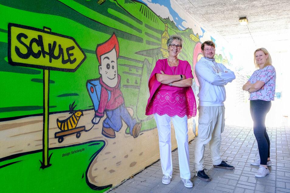 Schulleiterin Gabriele Werner, Künstler Carsten Langner und Elternsprecherin Anke Swoboda freuen sich über den neu gestalteten Schulweg.