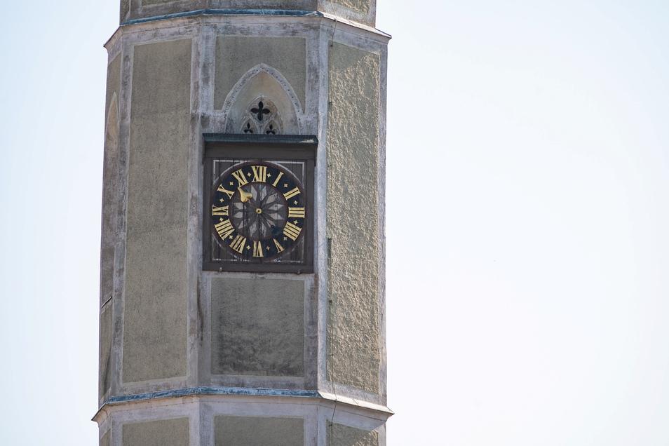 Die Turmuhr am sogenannten Mönch der Dreifaltigkeitskirche in Görlitz zeigt nur die Stunden an. Der Glockenschlag hat eine historische Bewandtnis.