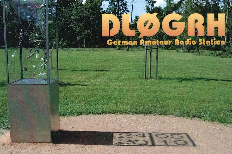 """Matthias Lehmann aus Meißen schuf 2012 das Kunstwerk im Stadtpark. Es ist auf einer Erinnerungskarte der Großenhainer Funker abgebildet. Kurz vorm Jubiläum wurde es vom Künstler nochmal """"nachjustiert""""."""