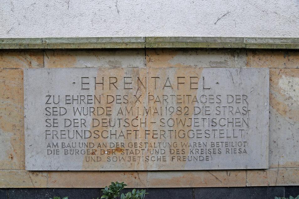 Das Fries an der Stirnseite des Hochhauses wurde vom VEB Baustoffwerke gefertigt, ist 14 Meter lang und 1,5 Meter hoch. Es besteht aus der Ehrentafel, dem Wappen der Stadt Riesa und dem Emblem der DDR. Es dient der Erinnerung und Ehrung der am Bau und bei der Gestaltung des neuen Wohngebietes Beteiligten.
