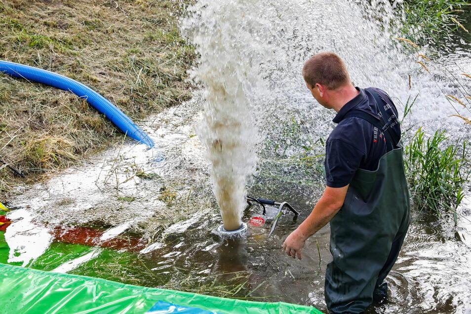 Jens Grollmich zeigt die Saugkraft der Wasserpumpe. Sie schafft 2.500 Liter pro Minute.