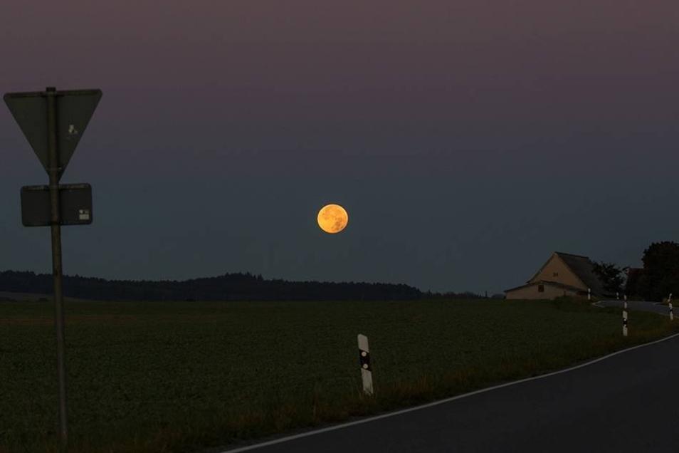 Für diese Bilder stand so mancher am Montagmorgen ganz besonders früh auf: Die totale Mondfinsternis war trotz einiger Wolken auch über dem Landkreis Bautzen recht gut zu sehen - hier bei Burkau.