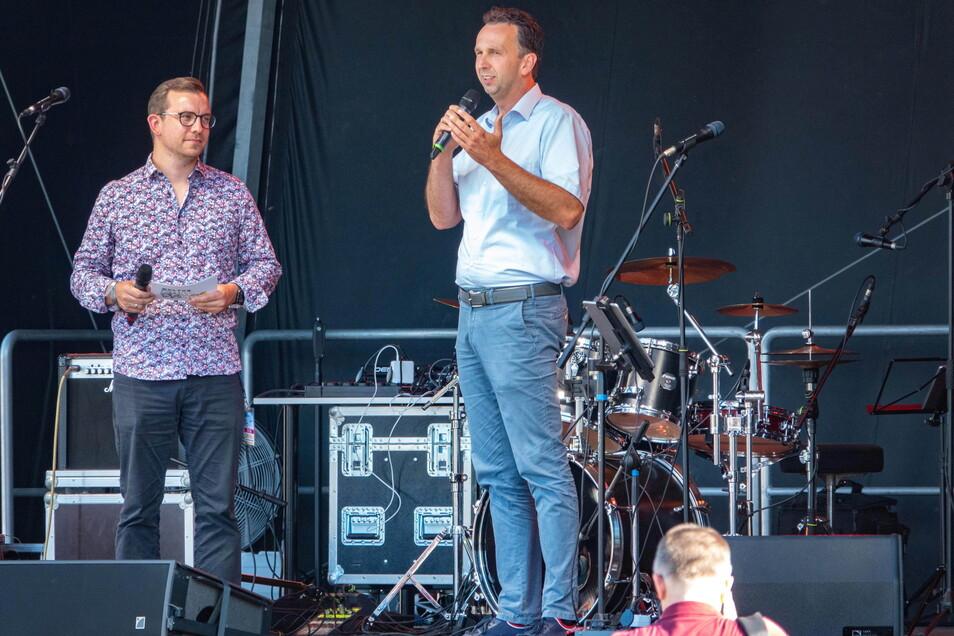 Riesas OB Marco Müller (r.) bei der Eröffnung des Kultursommers im Grubestadion, neben ihm DJ Alex Pitchens. Jetzt zieht der Oberbürgermeister Bilanz.