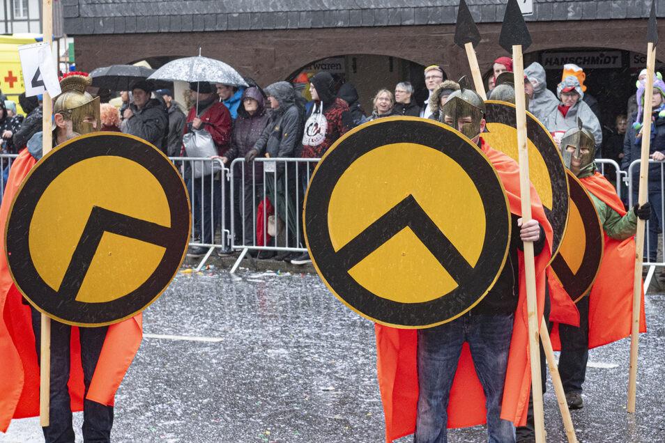 Als Spartaner verkleidet, mischten sich vier Teilnehmer am Sonntag unter den Schirgiswalder Faschingsumzug. Auf ihren Schilden prangt das Logo der Identitären Bewegung.