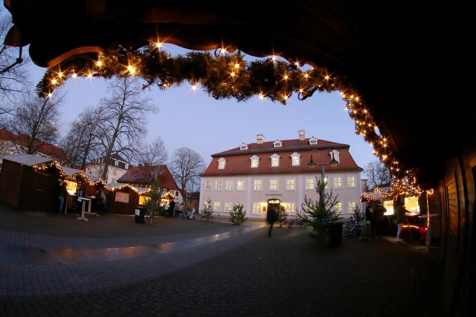 Weihnachtlich wird es auf dem Nieskyer Zinzendorfplatz am Wochenende. Dann öffnet der Weihnachtsmarkt zwischen Bibliothek (im Foto) und Kirche wieder.
