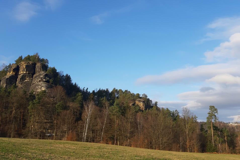 Mehr als 300 Meter hoch: Der Rauenstein mit der Berggaststätte.