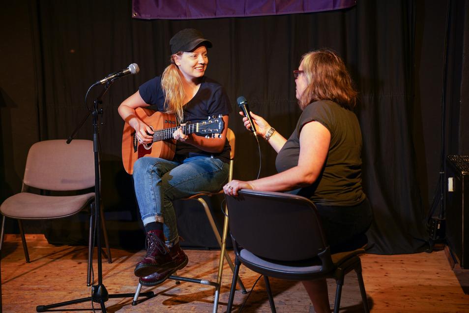 Am Sonntag wird die Singer-Songwriterin Tini Bot im Studio singen. Talkrundenplanerin Ulla Wacker gibt ihr Tipps für die Sendung.