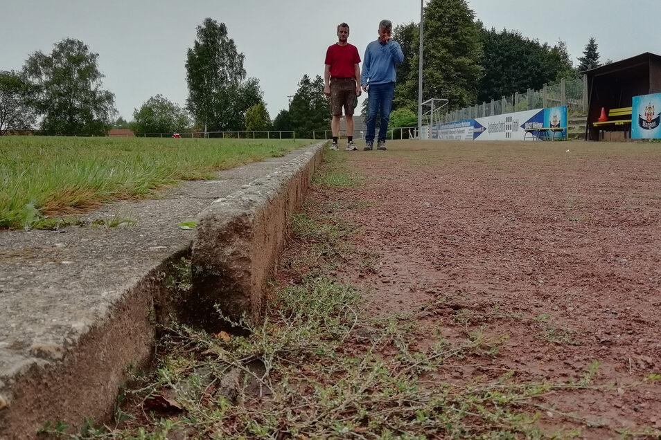 Die Rasenfläche kaputt, Stolperfallen an den Kanten und eine verunkrautete Laufbahn. Das Pulsnitzer Stadion an der Hempelstraßen muss saniert werden. In diesem Jahr ist Geld für die Planung vorgesehen – ein Anfang.