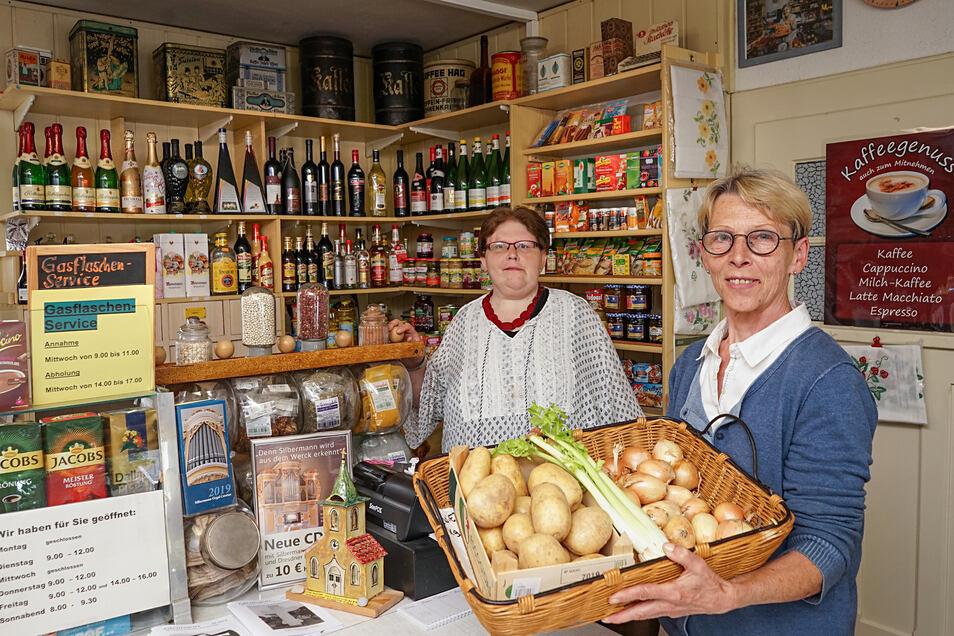 """Von der Kartoffel bis zum Kaffee – Ariana (l.) und Alexandra von Gostomski verkaufen in Crostau vor allem Lebensmittel. Das Geschäft, das gegenüber vom ehemaligen Gasthaus """"Zur Grünen Aue"""" liegt, ist seit 95 Jahren in Familienbesitz."""