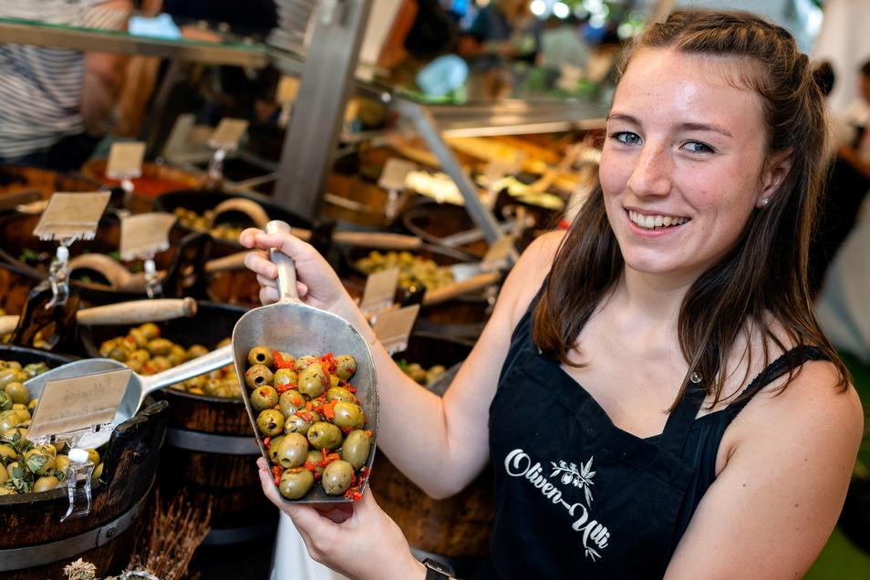 Wer wissen will, wie die Auslage am Stand von Oliven-Ulli schmeckt, wendet sich am besten an Zoe Gottschald.