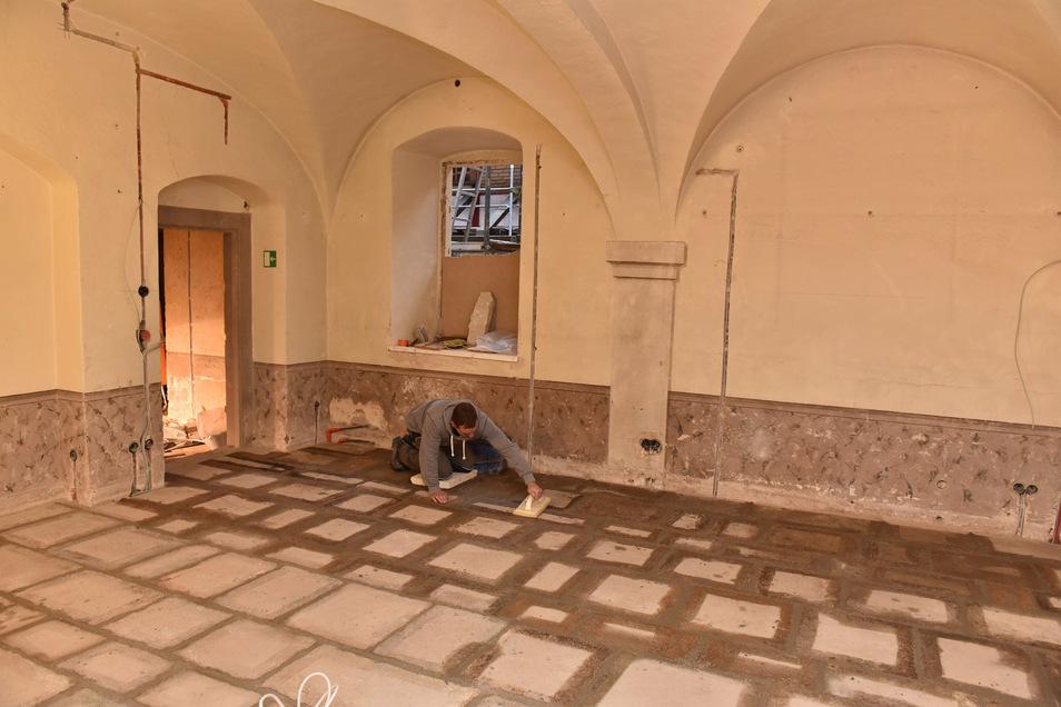 Letzte Arbeiten am neuen, alten Fußboden in der Lederkammer.