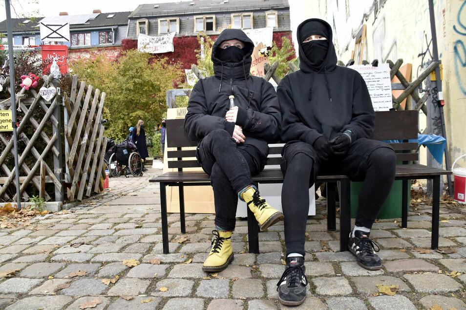 """Die Besetzer hatten auch ein Corona-Schutz-Konzept, deshalb trugen sie einen Mund-Nasen-Schutz - alle Sprecher nannten sich """"Uli Ungehorsam""""."""