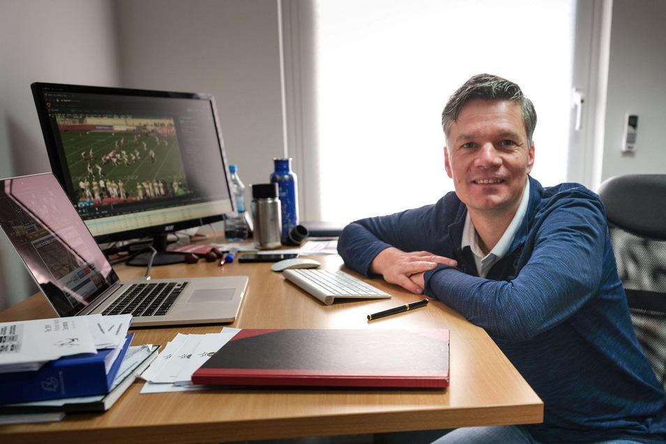 Monarchs-Headcoach Ulrich Däuber an seinem Schreibtisch. Auf seinem Laptop laufen Videos von Kandidaten für sein Team, einer hat ihn nun wieder überzeugt.