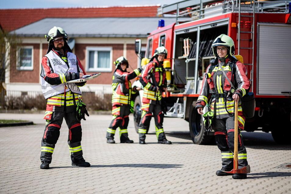 Proben für den Einsatz: die Pulsnitzer Feuerwehrleute Michael Weier, Sandra Klare (vorn), Janice Preller und Marko Sielaff zeigen wie es geht.