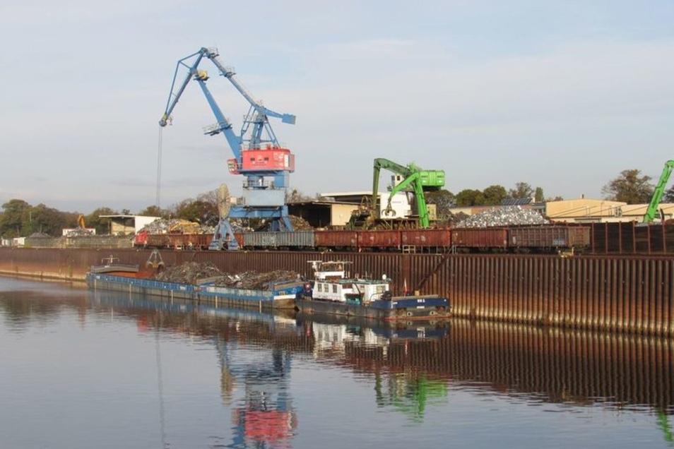 Im Alberthafen wird wieder Schrott entladen.