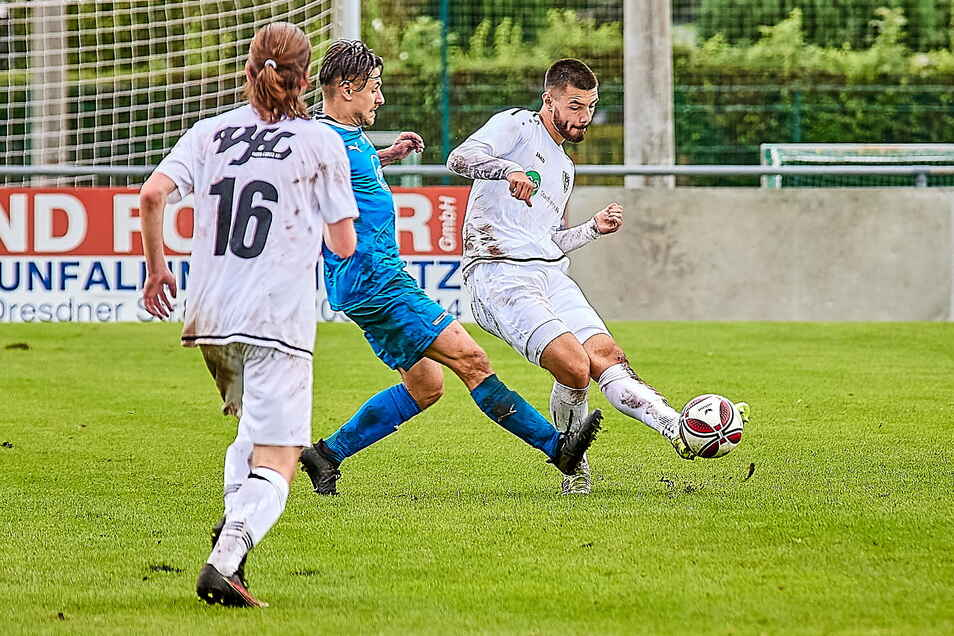 Der vom FV Dresden 06 Laubegast gekommene Nico Wermann (rechts) erzielte den Ausgleich für den VfL Pirna-Copitz.
