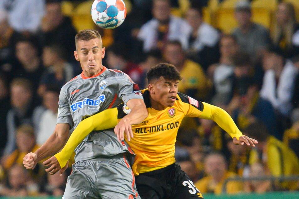 Dynamos Ransford-Yeboah Königsdörffer gegen Paderborns Uwe Hünemeier.