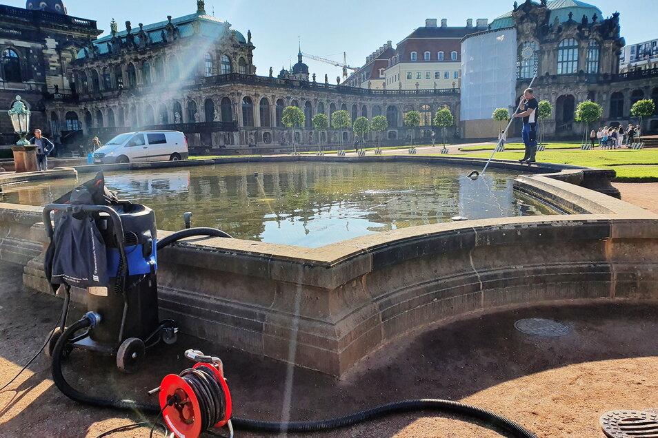 Mit dem Schlammsauger werden ab kommendem Monat die Zwingerbrunnen wieder regelmäßig gereinigt.