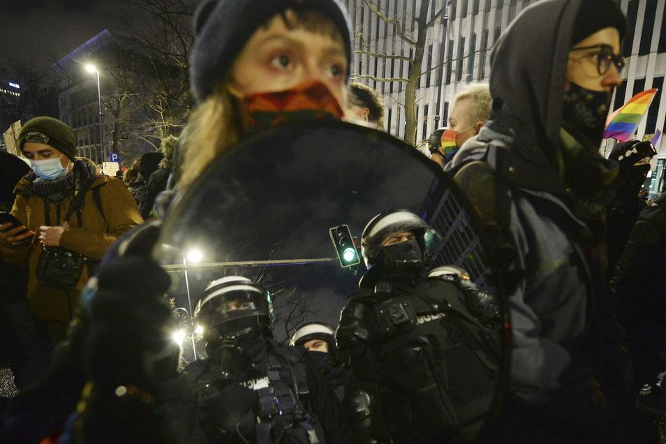 Demonstranten protestieren gegen das umstrittene Abtreibungsgesetz.