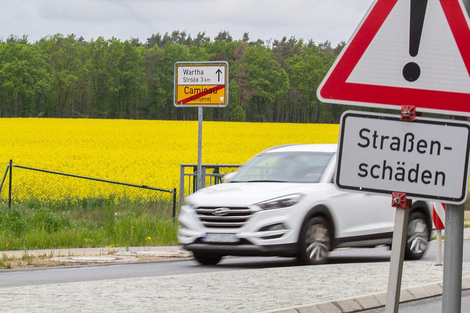 Ab dem Ortsausgang Caminau in Richtung Hoyerswerda wird die B 96 auf 800 Metern Länge ausgebaut. Der Grund ist am Verkehrszeichen zu erkennen.