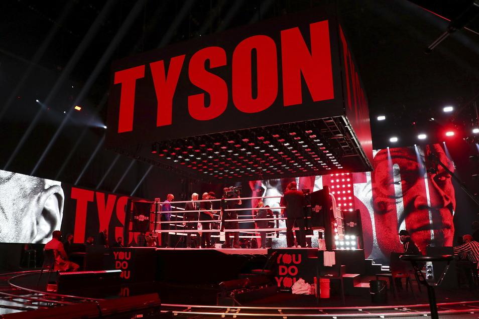 Mike Tyson betritt den Ring. Nach acht Runden über zwei Minuten im leeren Staples Center in Los Angeles wertete eine dreiköpfige Jury den Kampf als Unentschieden.