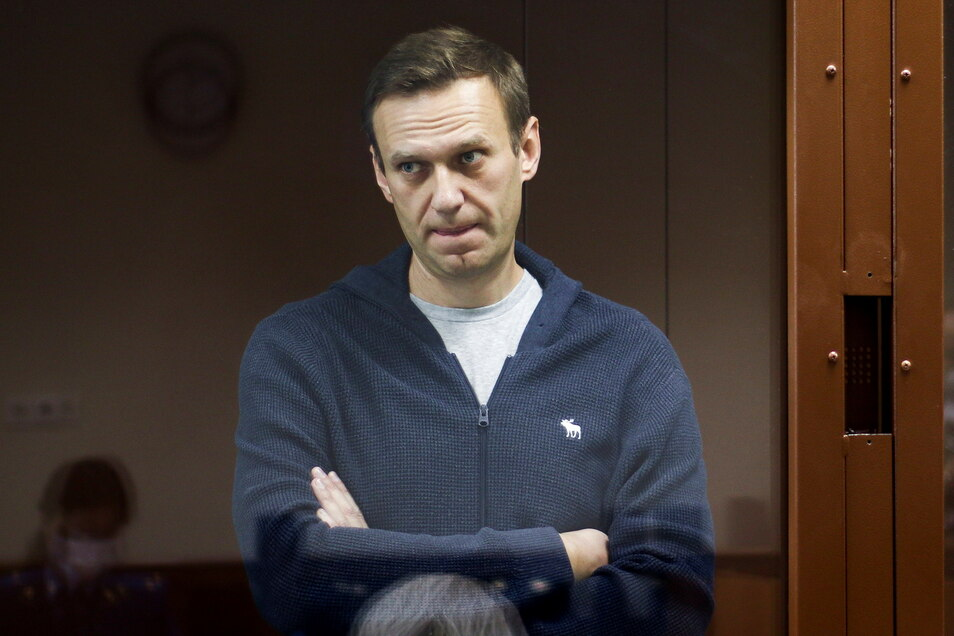 Alexej Nawalny hinter einer Glasscheibe während einer Anhörung vor dem Bezirksgericht Babuskinsky.