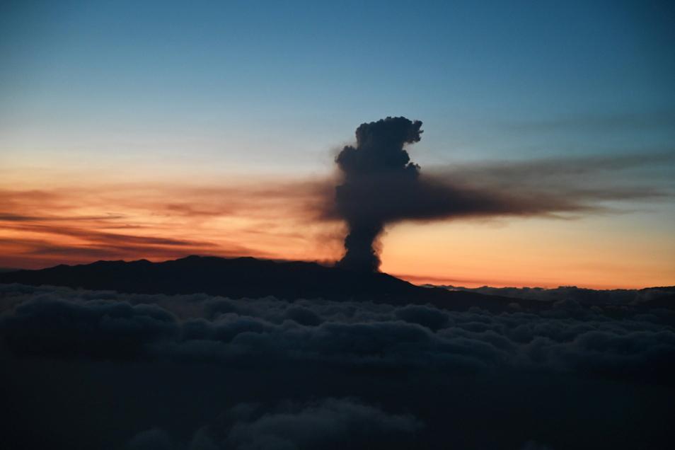 Rauch tritt aus dem Vulkan Cumbre Vieja aus.