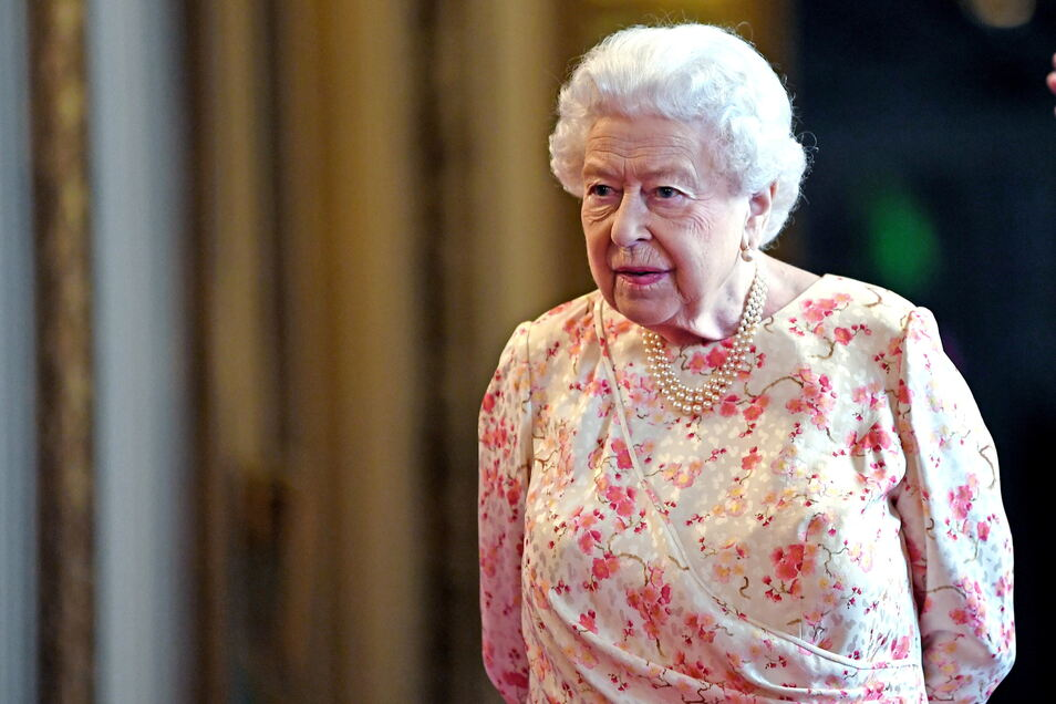 """Eigentlich sind Informationen zur Gesundheit der Royals strikte Privatsache - aber nun hat sich die Queen überraschend zu ihrer Corona-Impfung geäußert. Das Fazit der 94-Jährigen: """"Es ging sehr schnell."""""""