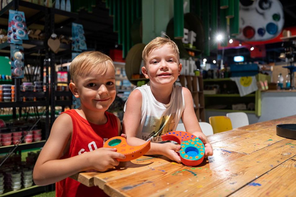 Emilian und Valentin zeigen zeigen ihr selbst gestaltetes Keramikteelicht. Die Werkstatt zog innerhalb des Hauses um und hat jetzt noch mehr Kreativangebote.