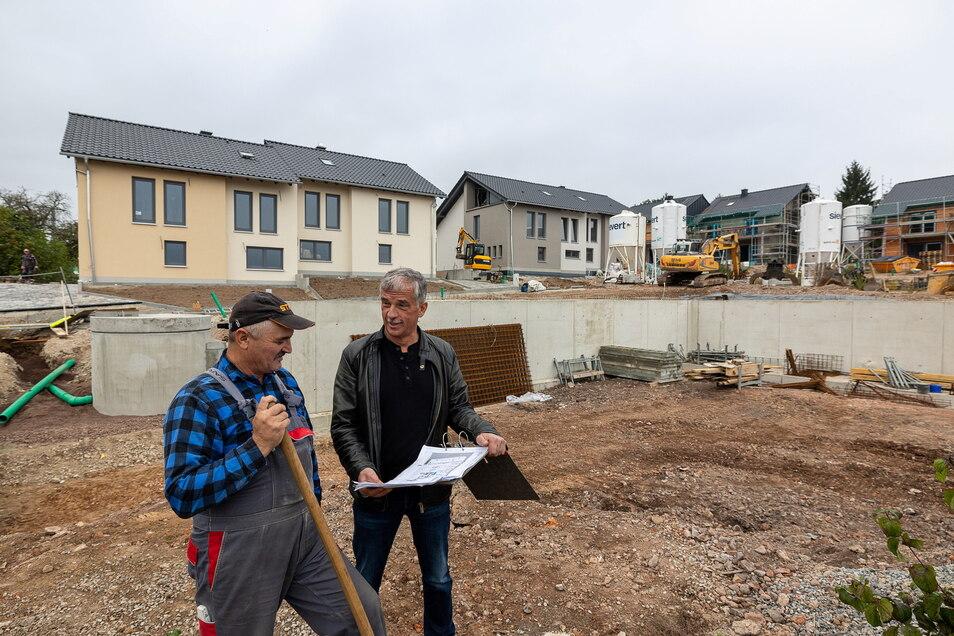 Das ist der Plan: In Saalhausen errichtet Bauunternehmer Heiko Dietrich (re.), hier mit Vorarbeiter Andrzej Klyszcz, ein kleines Wohngebiet.