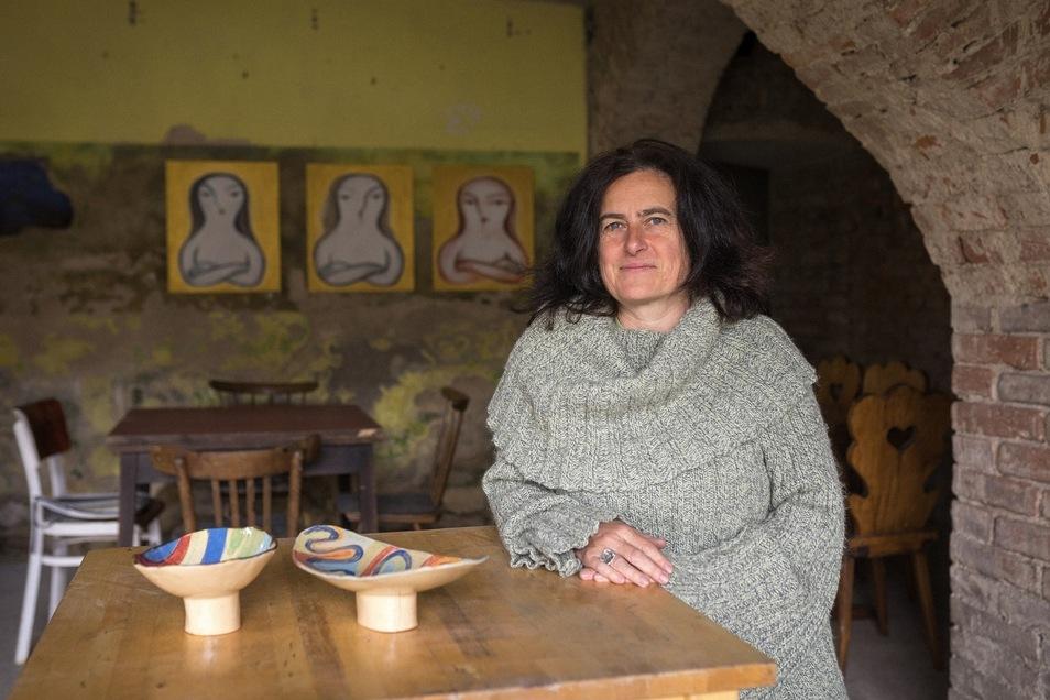 Umgeben von altem Gemäuer und Kunst: Lenka Holikova knüpft nicht nur deutsch-tschechische Beziehungen, sondern sie arbeitet auch als Keramikerin.