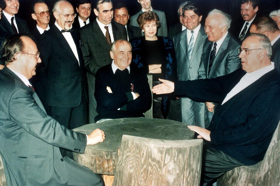 Das Kaukasus-Treffen mit Bundeskanzler Helmut Kohl und Außenminister Hans-Dietrich Genscher (links) ebnete den Weg zur deutschen Einheit.