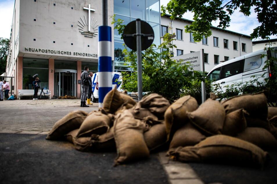 Sandsäcke liegen vor dem Neuapostolischen Seniorenzentrum, das in Folge einer regelrechten Schlammlawine evakuiert werden musste und derzeit unbenutzbar ist.