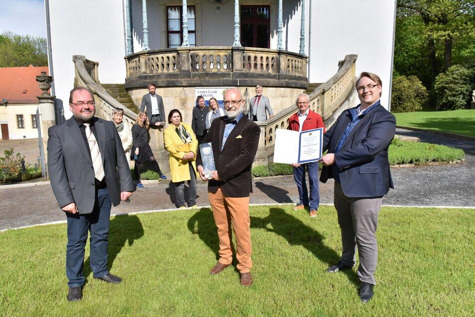 Pfarrer a.D. Christoph Singer (Mitte) bekommt vom Lions Club-Präsidenten Mario Bielig (li.) und seinem Vize Tobias Wirth den Bürgerpreis überreicht.