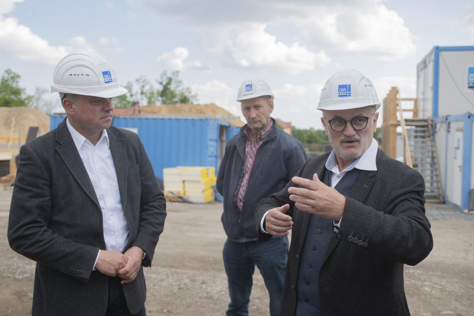 Am Donnerstag kamen Vertreter von Landkreis und Stadt zur Baustellenbesichtigung: Vize-Landrat Udo Witschas, Baustellenleiter Falko Müller und Oberbürgermeister Roland Dantz (v.l.)