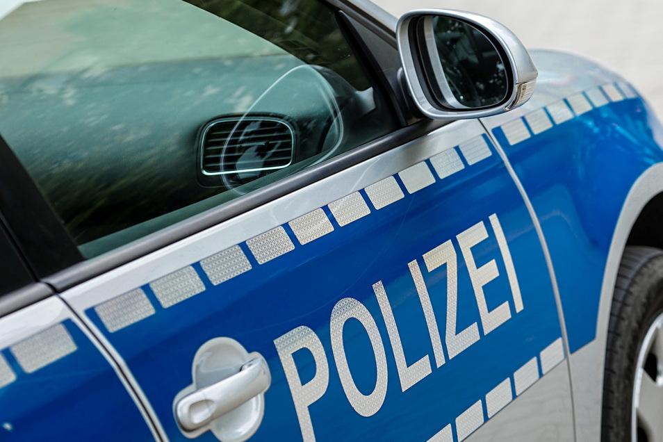 Zu einem Unfall auf einem Parkplatz in Pulsnitz wurden Polizisten am Mittwoch gerufen. Ein BMW war stark beschädigt worden.