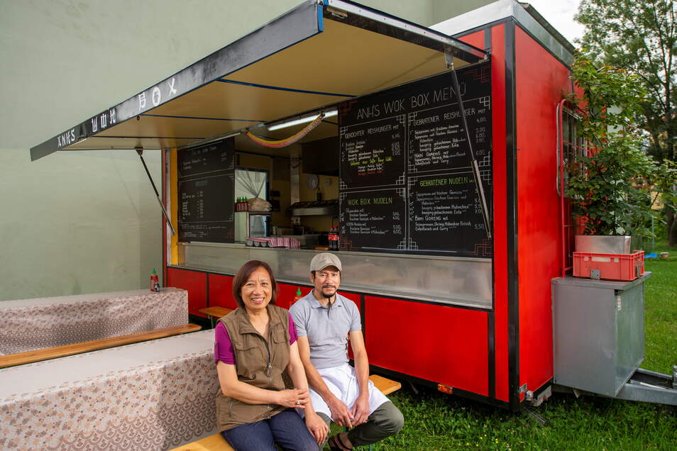 """Frau Tham Hong und Herr Duy Anh Le betreiben den neuen Asia-Imbiss """"Anh's Wok Box"""" am Dohnaischen Platz in Pirna."""