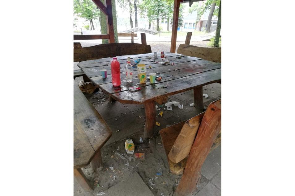 Zerstörungen, Schmierereien und Abfälle sind das fast tägliche Bild, das Bauhofmitarbeiter morgens am Pavillon am Rosensportpark in Niesky vorfinden.