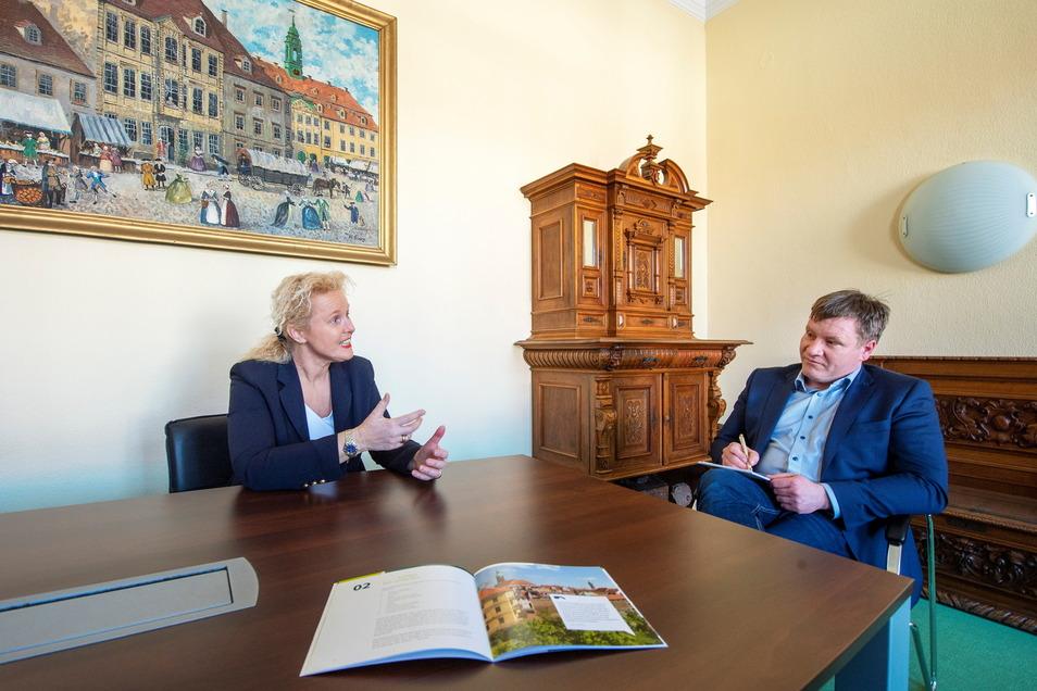 Catharina Karlshaus ist für die SZ-Redaktion in Großenhain verantwortlich. Im Rathausbüro traf sie auf Oberbürgermeister Sven Mißbach (parteilos), der schon einige Fragen vorbereitet hatte.
