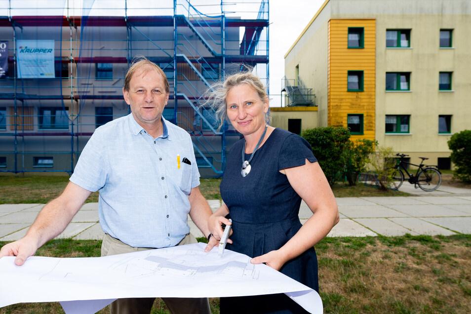 Die Arbeiten an der CSB-Kita Zwergenland in Königswartha gehen planmäßig voran. Darüber freuen sich Bauleiter Andreas Hantschke und die stellvertretende Kita-Leiterin, Doreen Tschemmer.