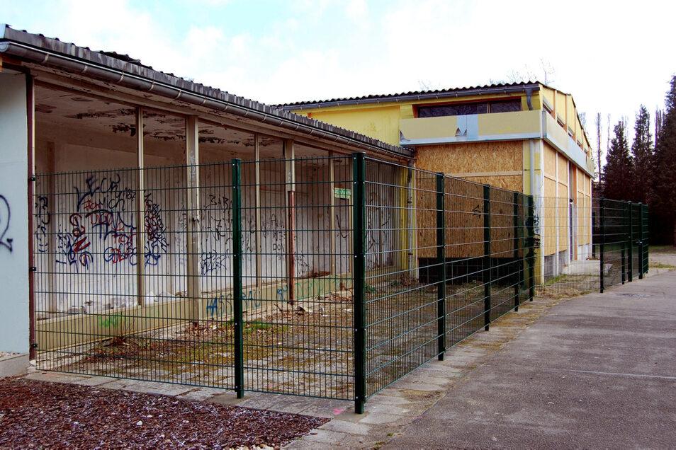 An der ehemaligen Kaufhalle im WK III steht der Zaun schon. Zwecks optischer Abschirmung lässt die Wohnungsgesellschaft noch Flechtmatten einfügen.