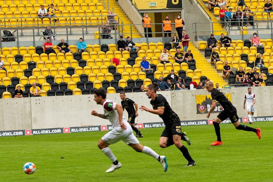 Philipp Hosiner läuft den Verteidigern von Jablonec davon. Der Dynamo-Stürmer erzielte das zwischenzeitliche 2:1.
