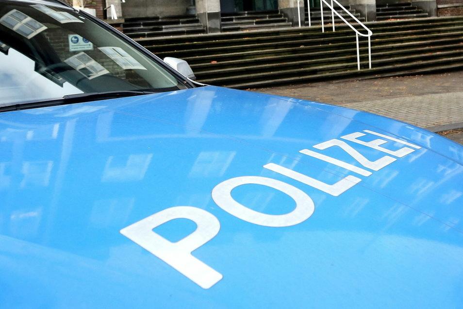 Die Polizei fahndet nach einem Mann, der eine 19-Jährige belästigt hat.