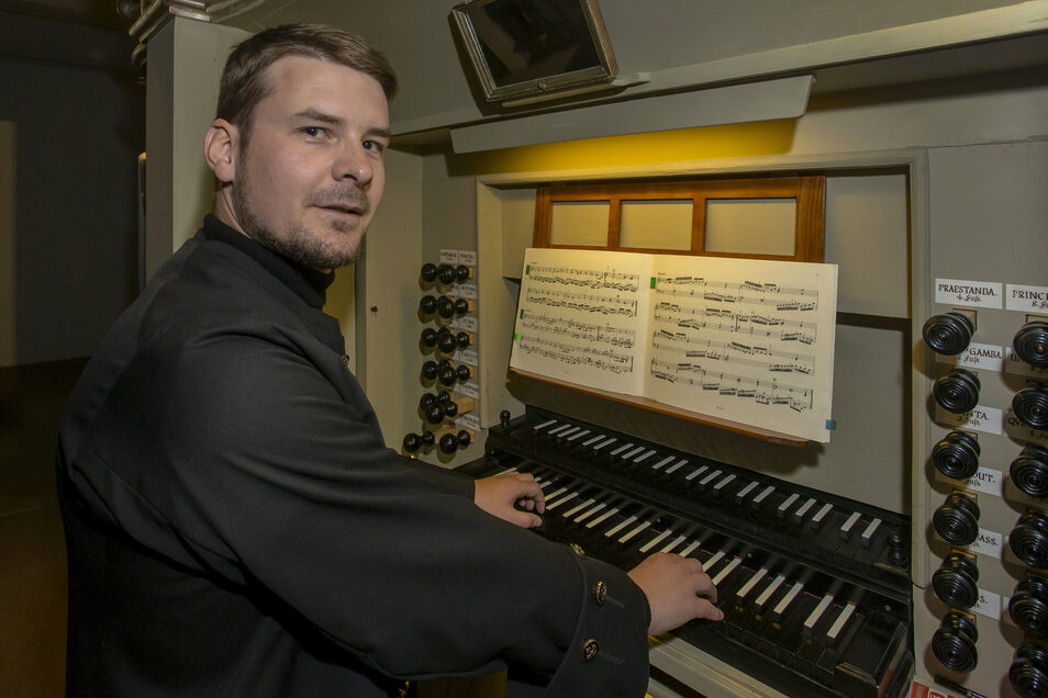 Kantor Roy Heyne wird in den nächsten Wochen oft an der rekonstruierten Orgel in der Kirche Geising. spielen.