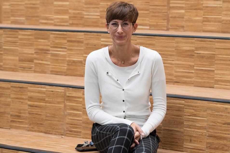 Direktorin Kerstin Ines Müller im Foyer neugegründeten Gymnasiums