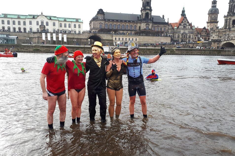 """Das """"Goldene Pärchen"""" in der Mitte bekam den Preis für das beste Kostüm. Birgit Roy und Holger Kuntzsch sind schon alte Hasen beim Faschingsschwimmen."""